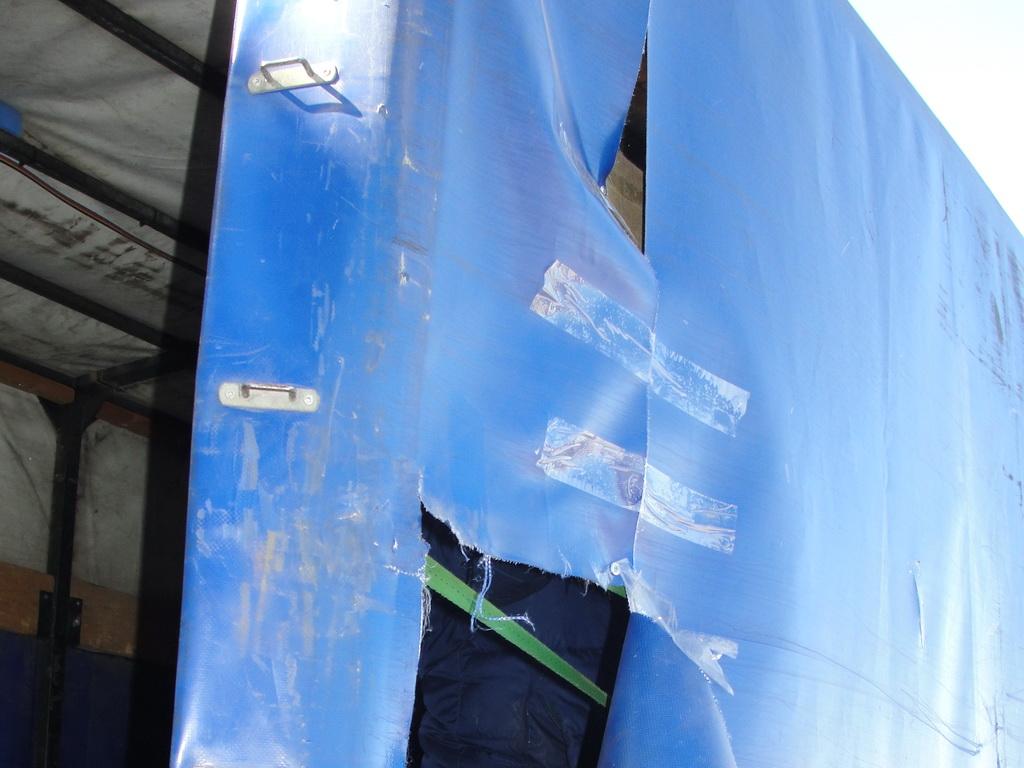 Разрыв тента грузовика по борту